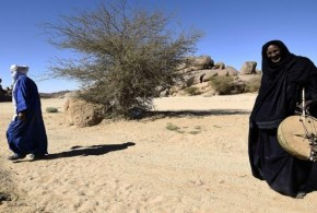 الآلتان الموسيقيتان ( الإمزاد والتيندي ) المحرّمتان على الرجال في الجزائر، وقد صنعتهما المرأة الطوارقية من أواني البيت في الصحراء ..